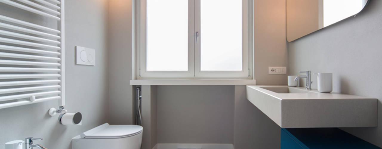 Minimalist bathroom by ristrutturami Minimalist