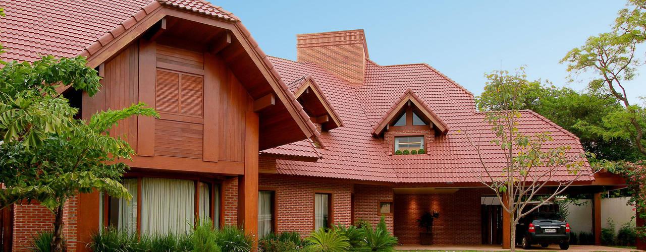 A força de um estilo. Casas rústicas por PAULO DELMONDES ARQUITETURA Rústico