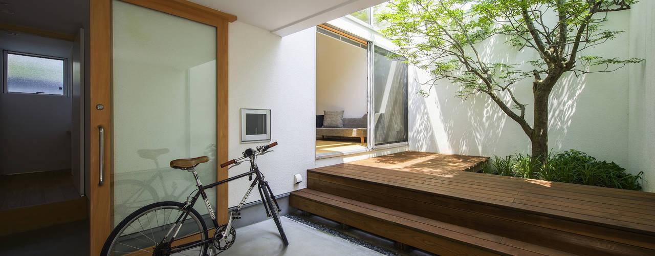 Balcones y terrazas de estilo moderno de プラスアトリエ一級建築士事務所 Moderno
