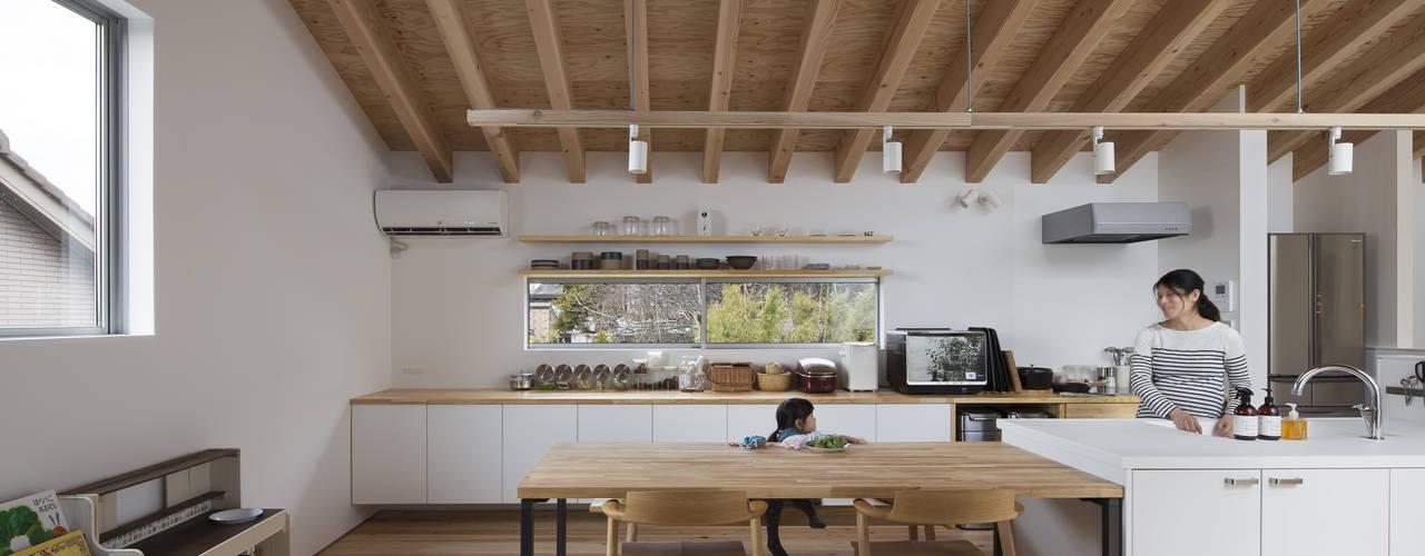 ダイニングキッチン: プラスアトリエ一級建築士事務所が手掛けたダイニングです。