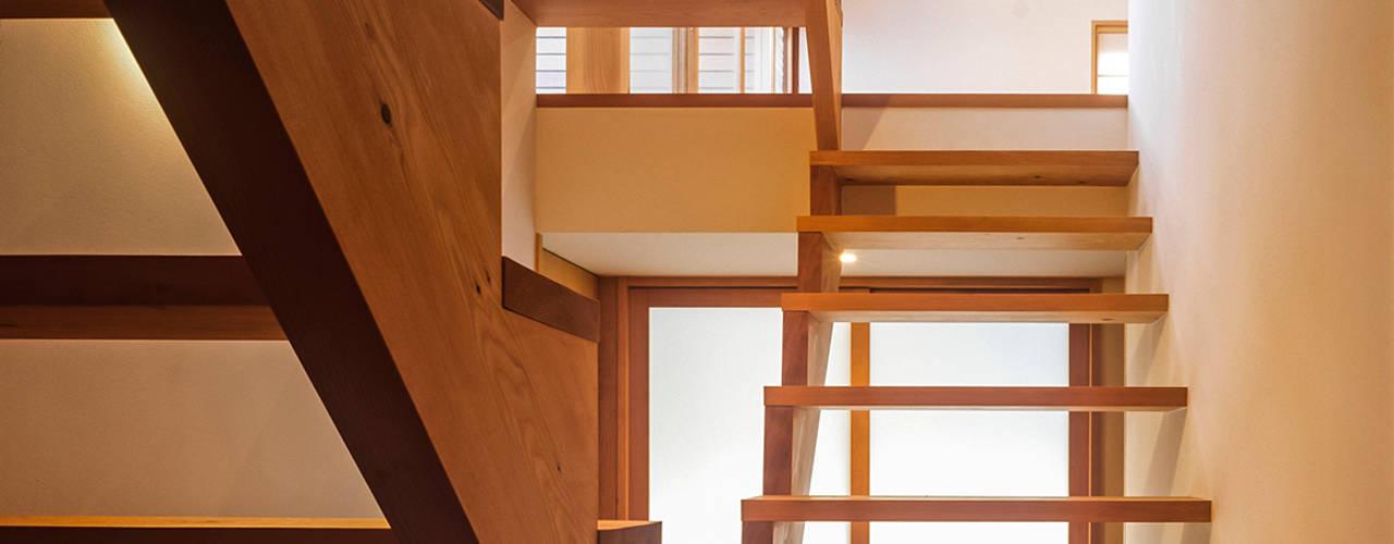 Pasillos, vestíbulos y escaleras de estilo ecléctico de 緒方幸樹建築設計事務所 Ecléctico