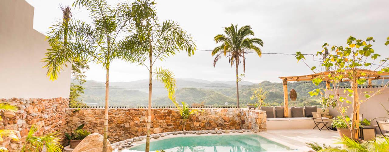 Piscinas tropicais por Oliver arquitectos Tropical