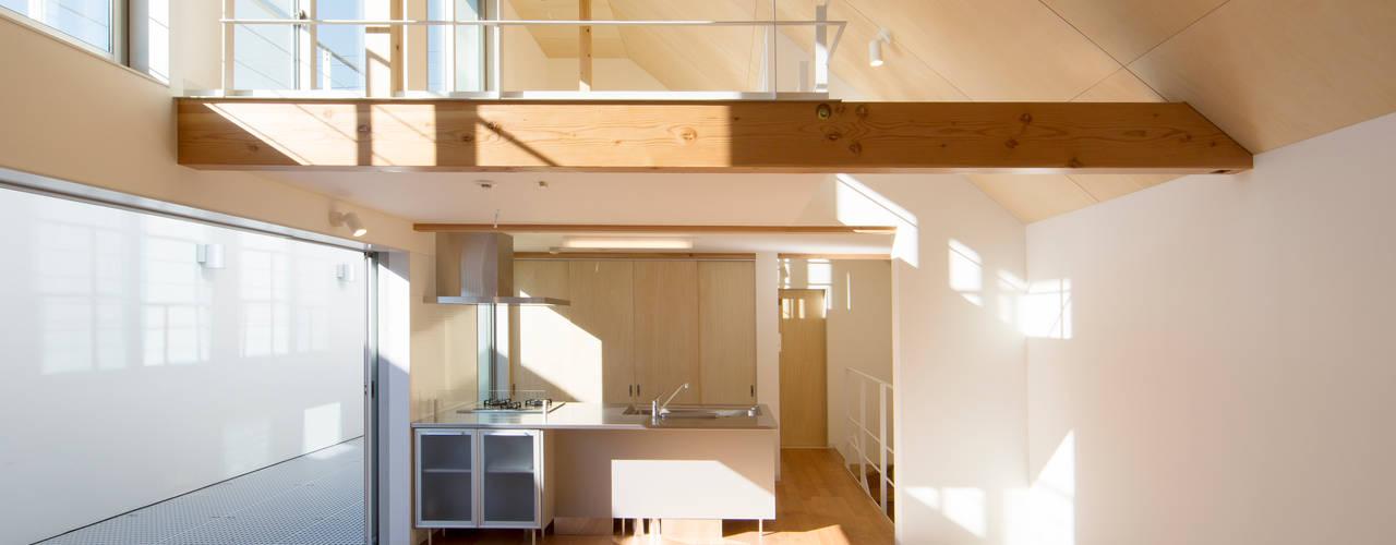 Salas modernas de アトリエ24一級建築士事務所 Moderno
