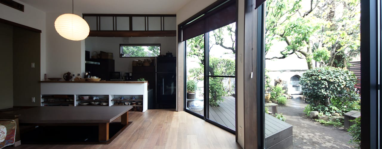 1階親世帯:庭をのぞむ和モダンのリビング: TERAJIMA ARCHITECTSが手掛けたリビングです。