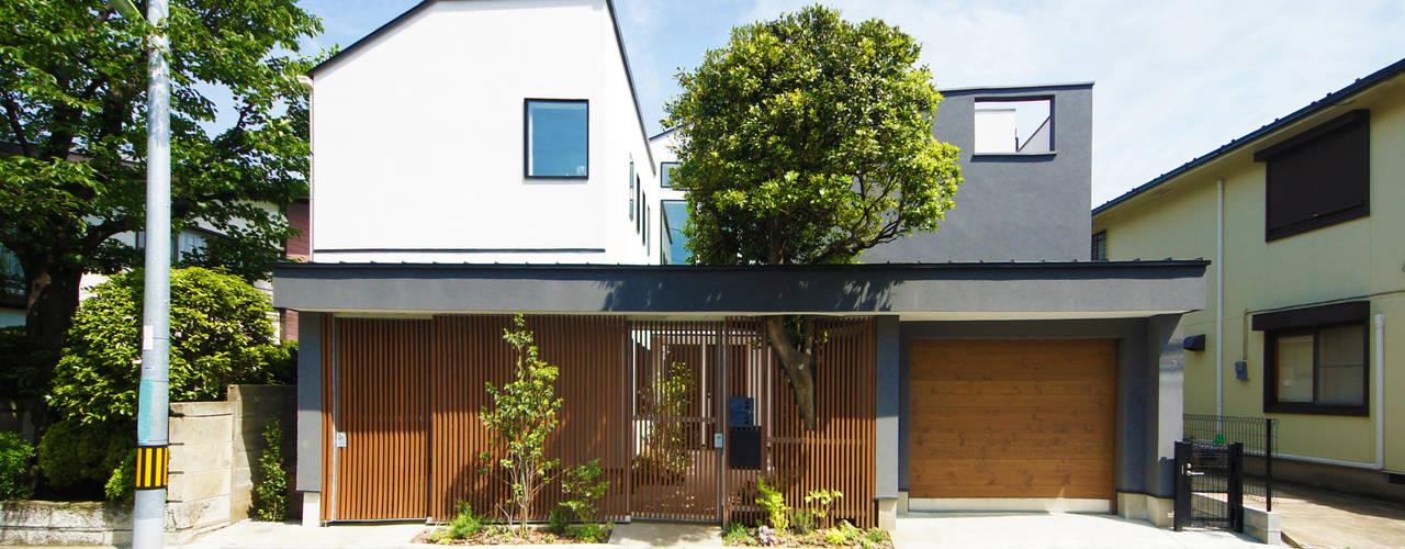 世帯をつなぐ通り土間のある家 モダンな 家 の TERAJIMA ARCHITECTS モダン