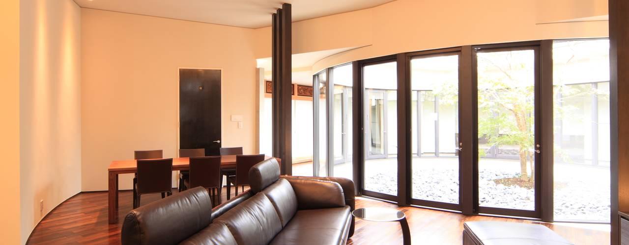 「円空の家」~時を感じ、家族を感じる家~ モダンデザインの リビング の MA設計室 モダン