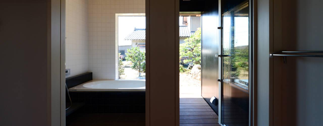 「林の中に住む。」: 丸山晴之建築事務所が手掛けた浴室です。