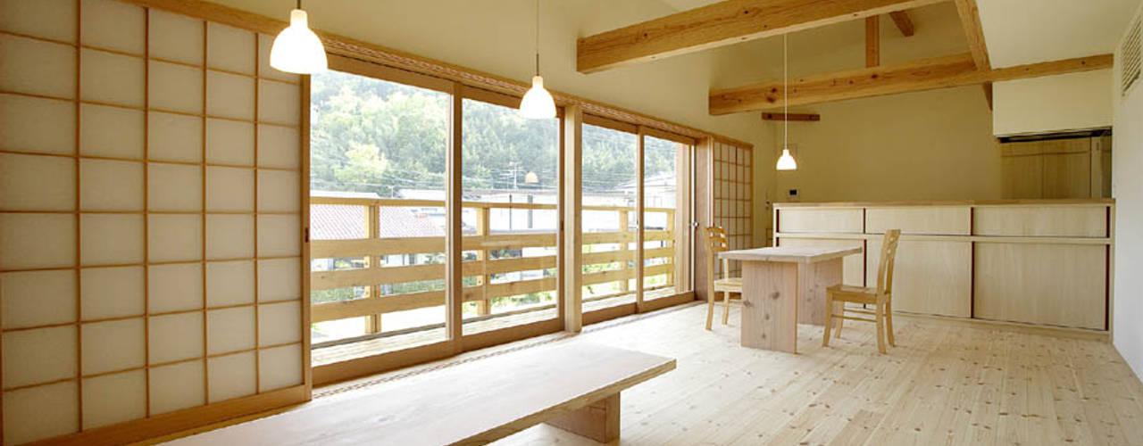 岩崎の家: 祐成大秀建築設計事務所が手掛けたリビングです。