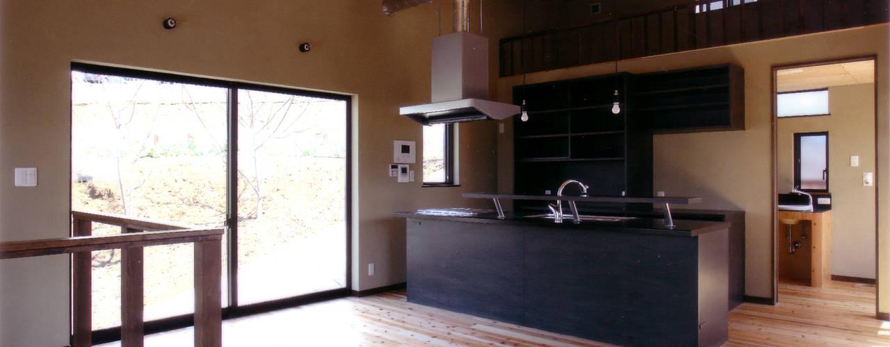 シンプルな箱型のローコスト住宅 豊田空間デザイン室 一級建築士事務所 オリジナルデザインの ダイニング 木 木目調