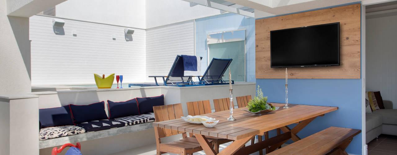 Cobertura na Barra da Tijuca Varandas, alpendres e terraços tropicais por Ana Adriano Design de Interiores Tropical