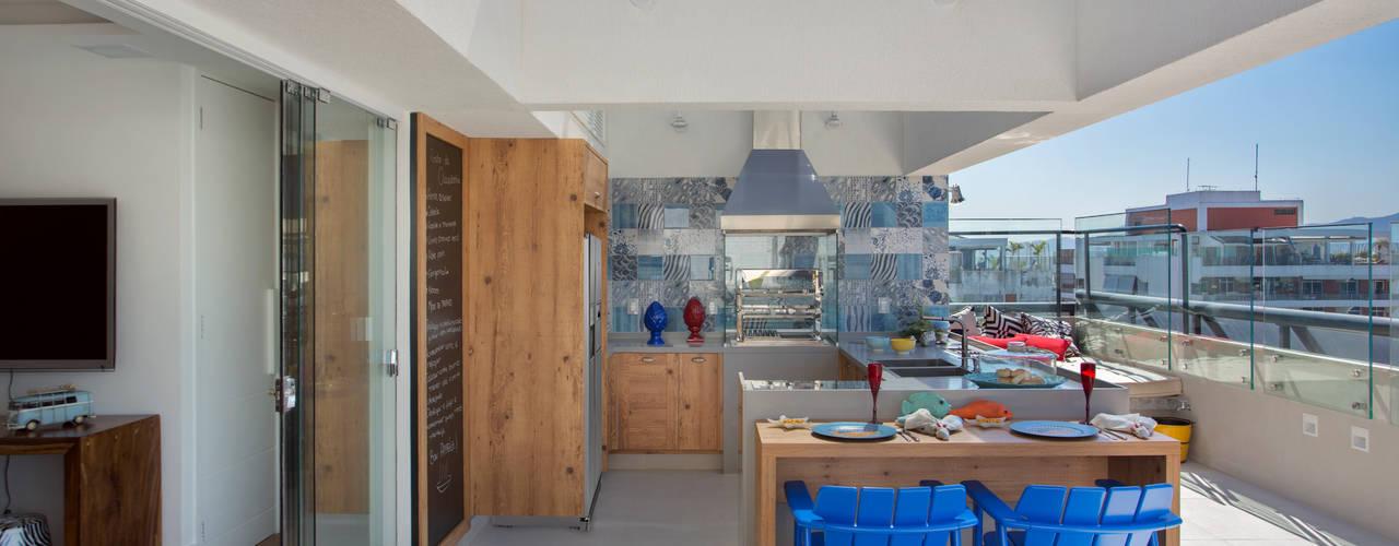 Varandas, marquises e terraços tropicais por Ana Adriano Design de Interiores Tropical