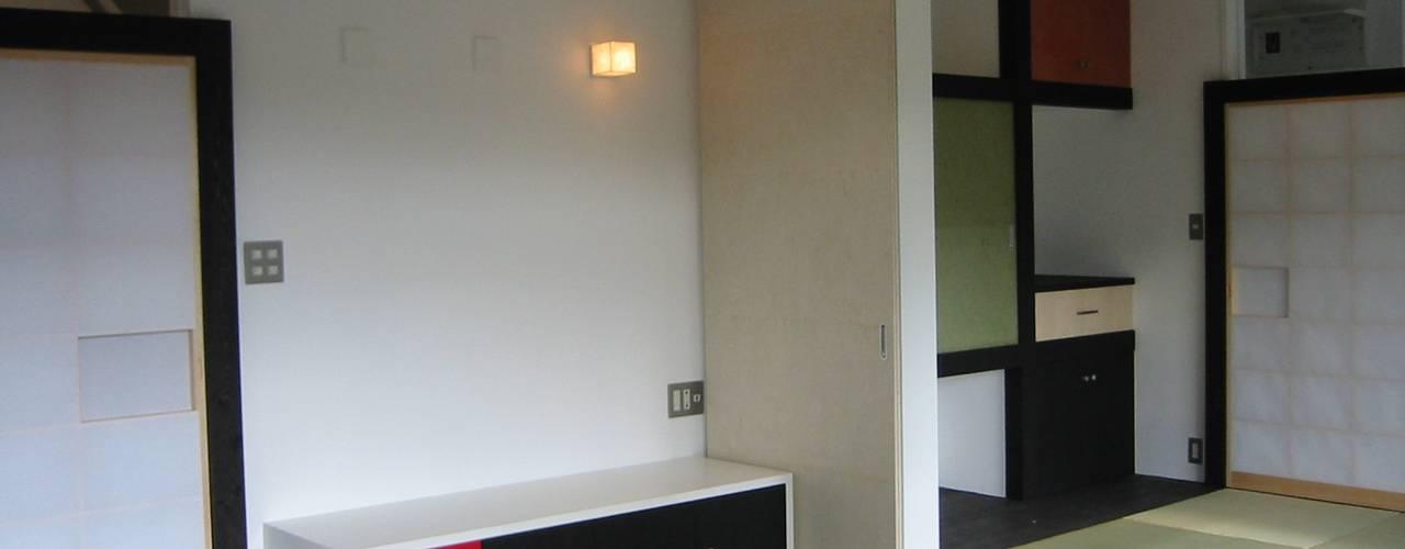 和室より母の部屋を見る: 青戸信雄建築研究所が手掛けたです。