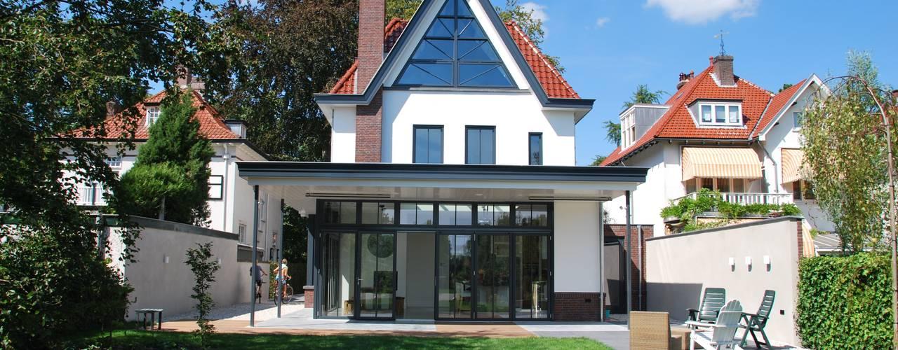 Classic style garden by Architektenburo J.J. van Vliet bv Classic