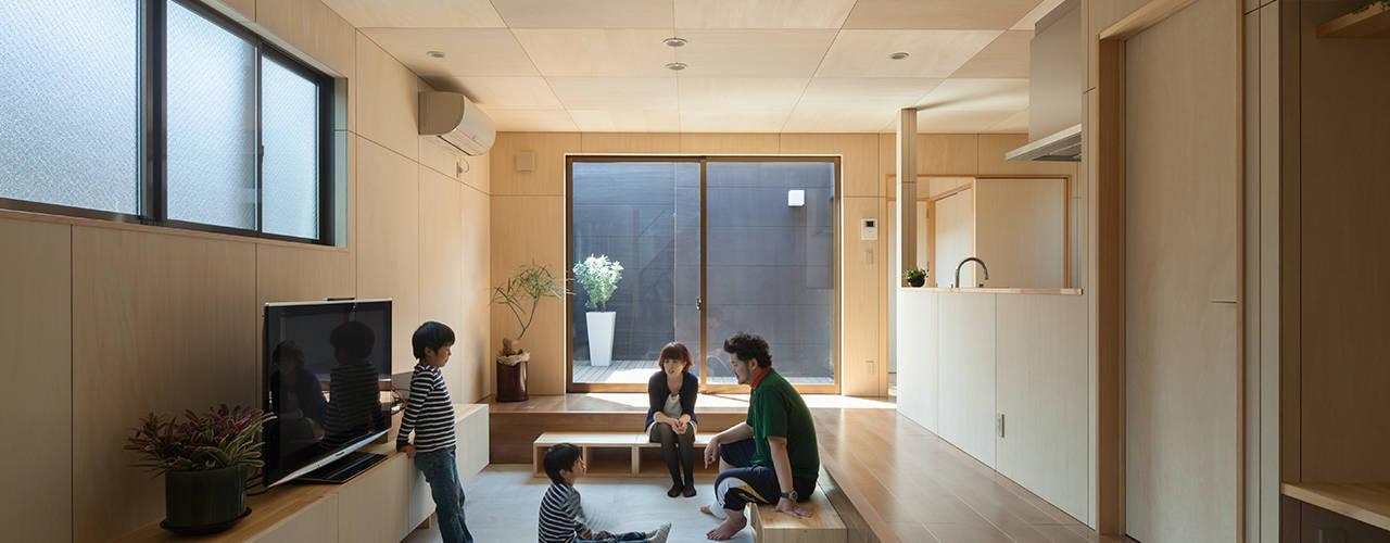LINK HOUSE: 松岡健治一級建築士事務所が手掛けたリビングです。