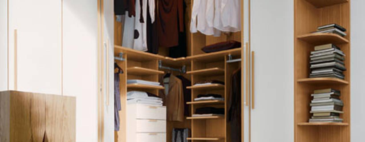 Built in Hinged Door Corner Wardrobe - London Dormitorios de estilo moderno de Bravo London Ltd Moderno