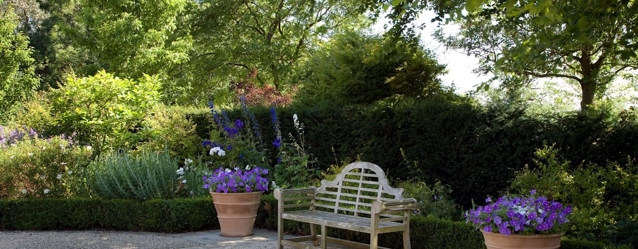 A country garden in the Cotswolds Country style gardens by Bowles & Wyer Country