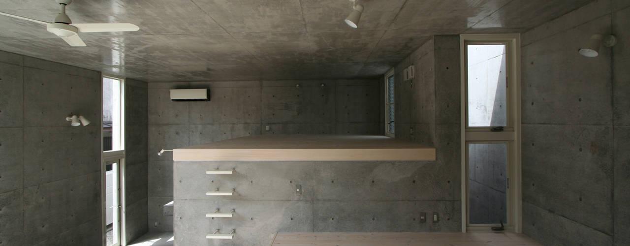 立体一室住居: STUDIO POHが手掛けたリビングです。,モダン