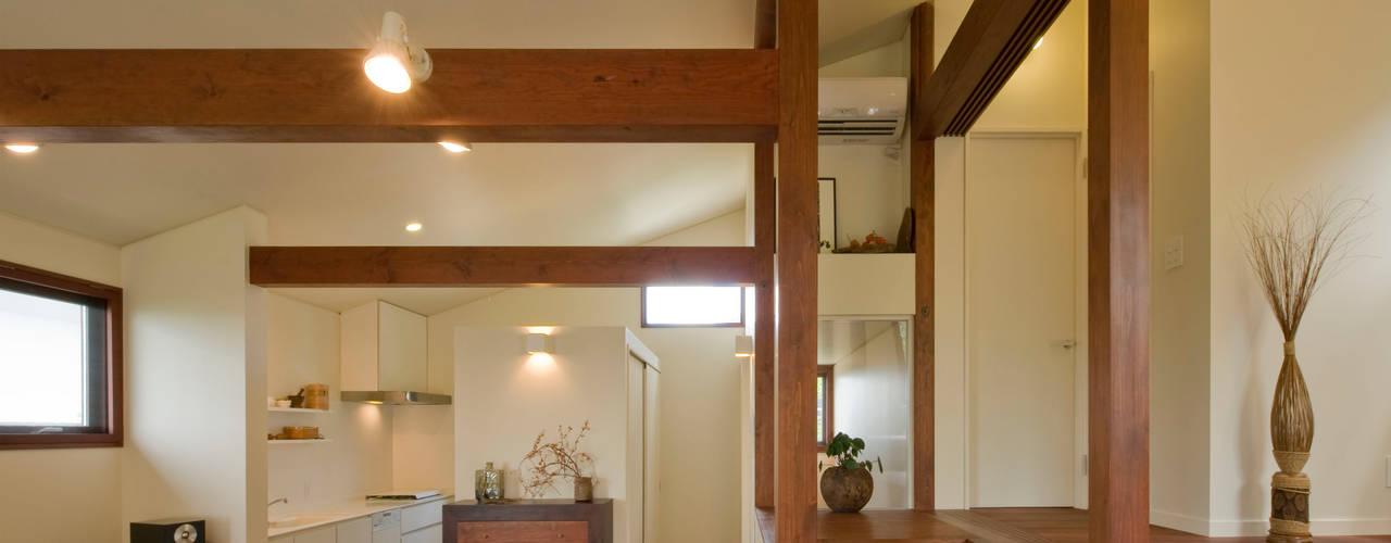 多種の眺望が楽しめるスキップフロアーの家: アール・アンド・エス設計工房が手掛けたキッチンです。