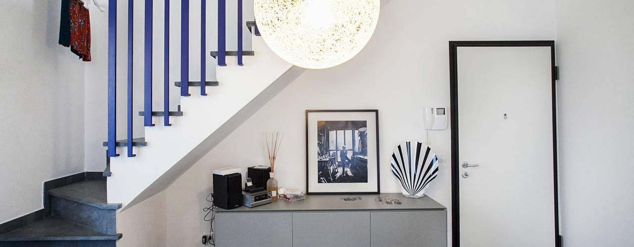Pasillos, vestíbulos y escaleras de estilo mediterráneo de Alessandro Corina Interior Designer Mediterráneo