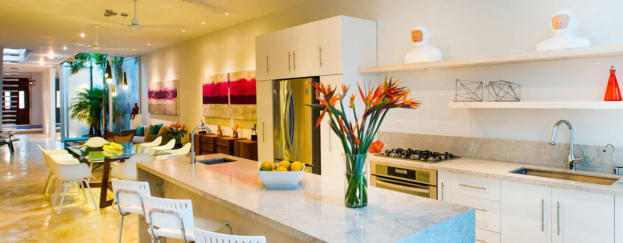 Free cucina in stile in stile moderno di hponce - Piastrelle per cucina bianca lucida ...