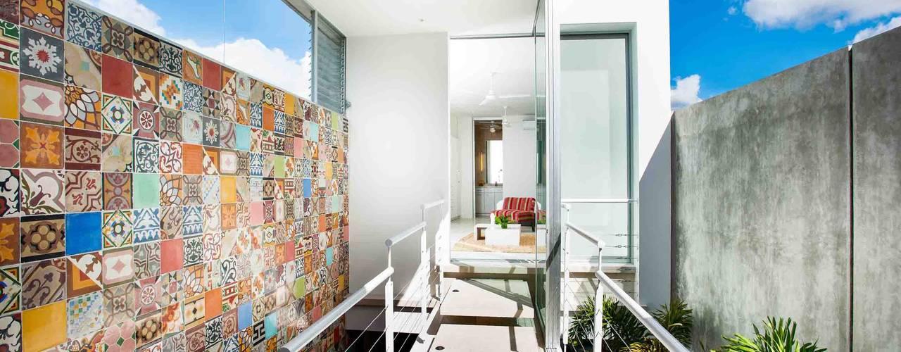 Pasillos, vestíbulos y escaleras modernos de HPONCE ARQUITECTOS Moderno