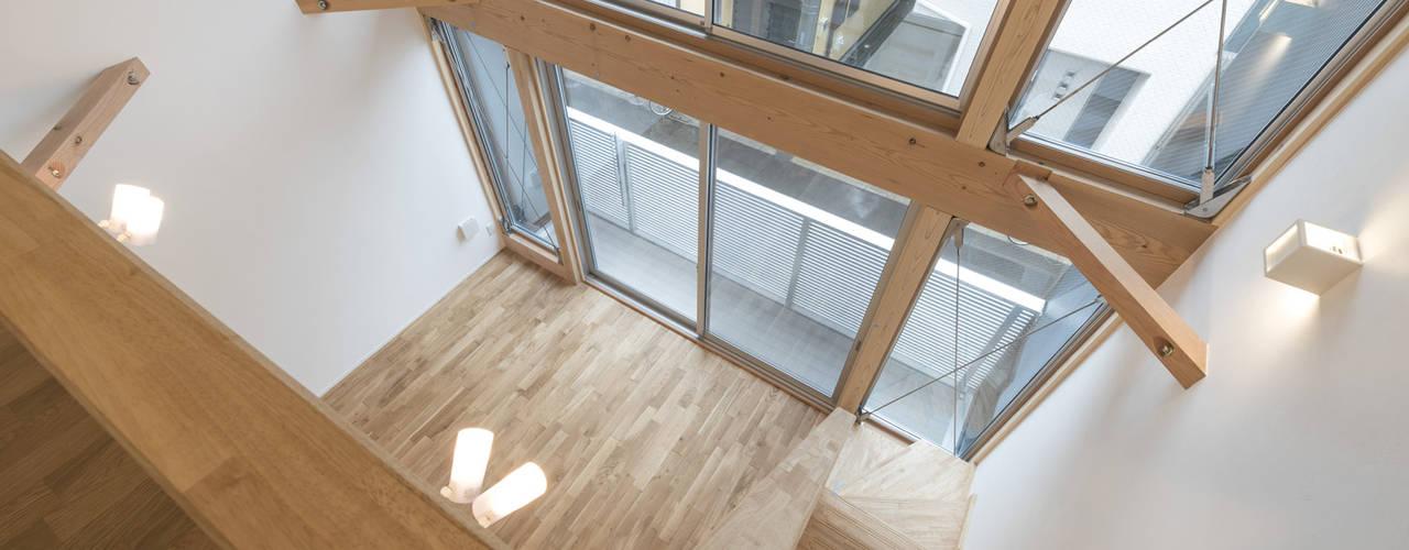 Living room by 岡本建築設計室