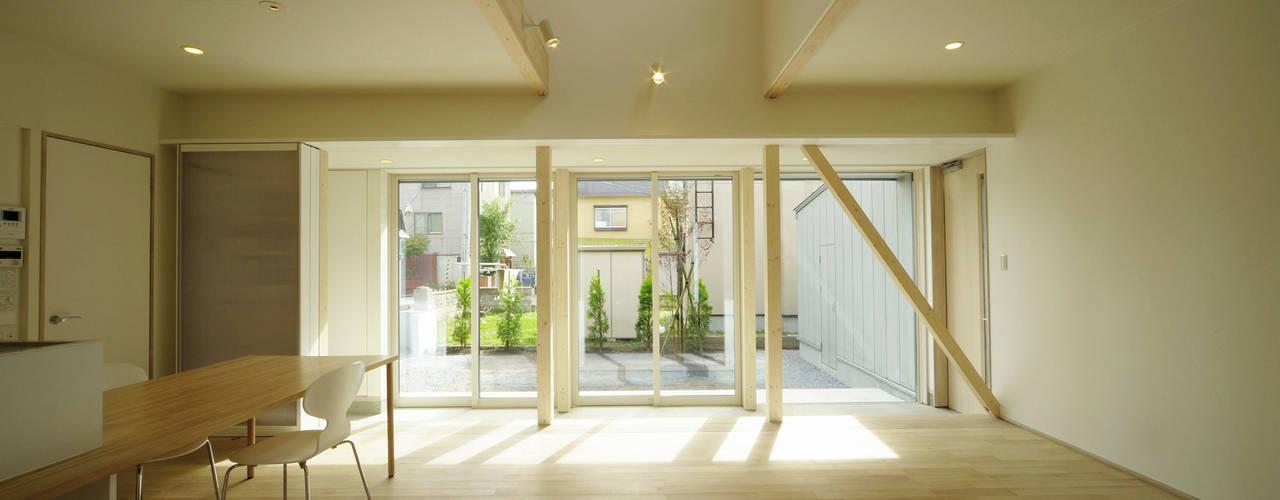 新田の家: フクシアンドフクシ建築事務所が手掛けたリビングです。