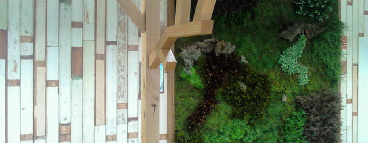 Jardín vertical planta preservada y artificial en edificio corporativo: Comedores de estilo industrial de BURESINNOVA S.A.