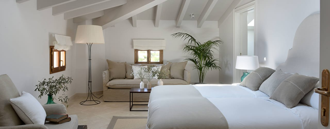 Hotel in Mallorca Cal Reiet / The Main house : Dormitorios de estilo  de Bloomint design