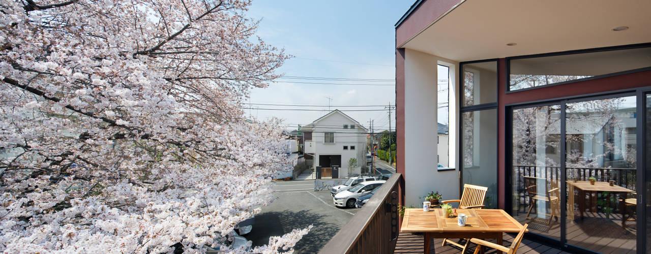 上馬の家 モダンデザインの テラス の 向山建築設計事務所 モダン