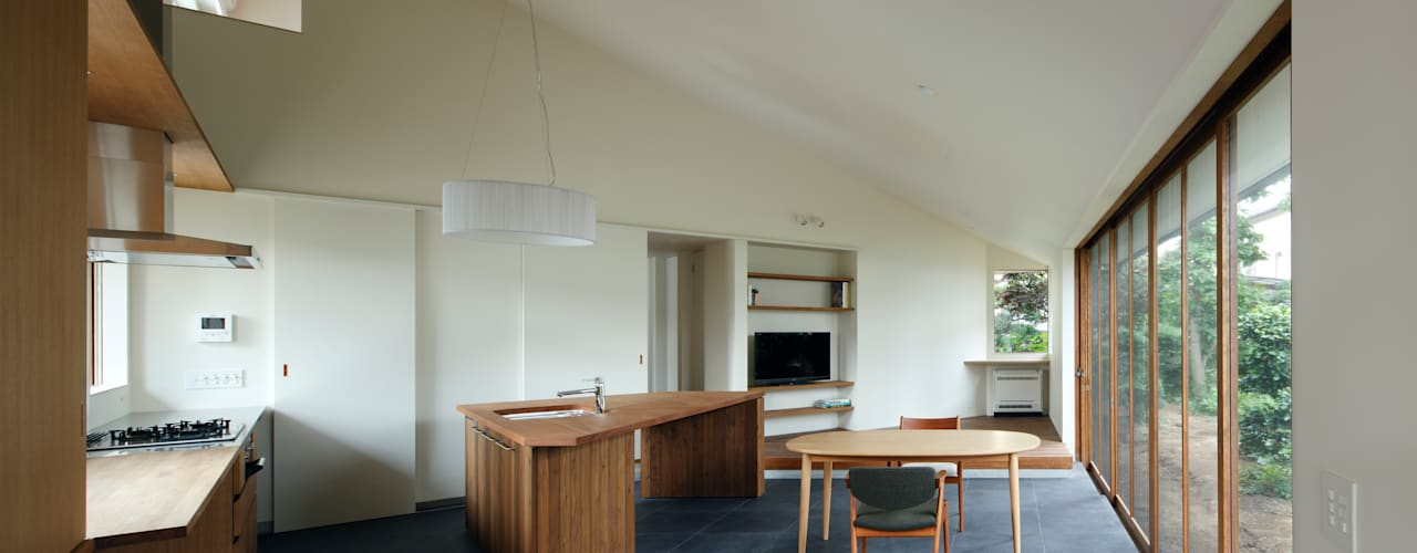 Salas de jantar modernas por 向山建築設計事務所 Moderno