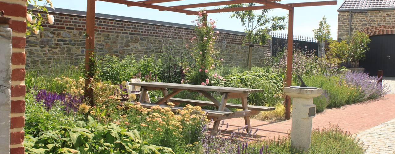 Bloementuin bij carre boerderij:  Tuin door Hoveniersbedrijf Guy Wolfs, Landelijk