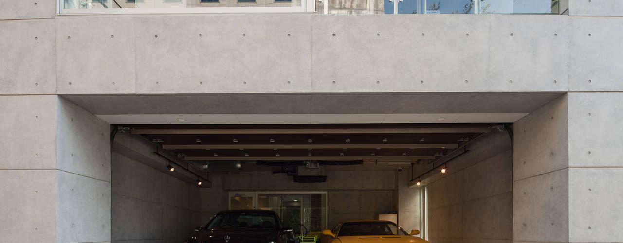 TKプロジェクト: K2・PLAN 株式会社本多建築設計事務所が手掛けた二車用ガレージ車庫です。,モダン