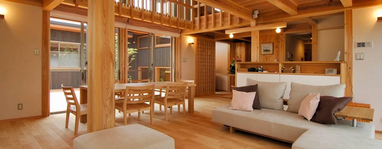 中庭を持つ高台のいえ モダンデザインの リビング の shu建築設計事務所 モダン