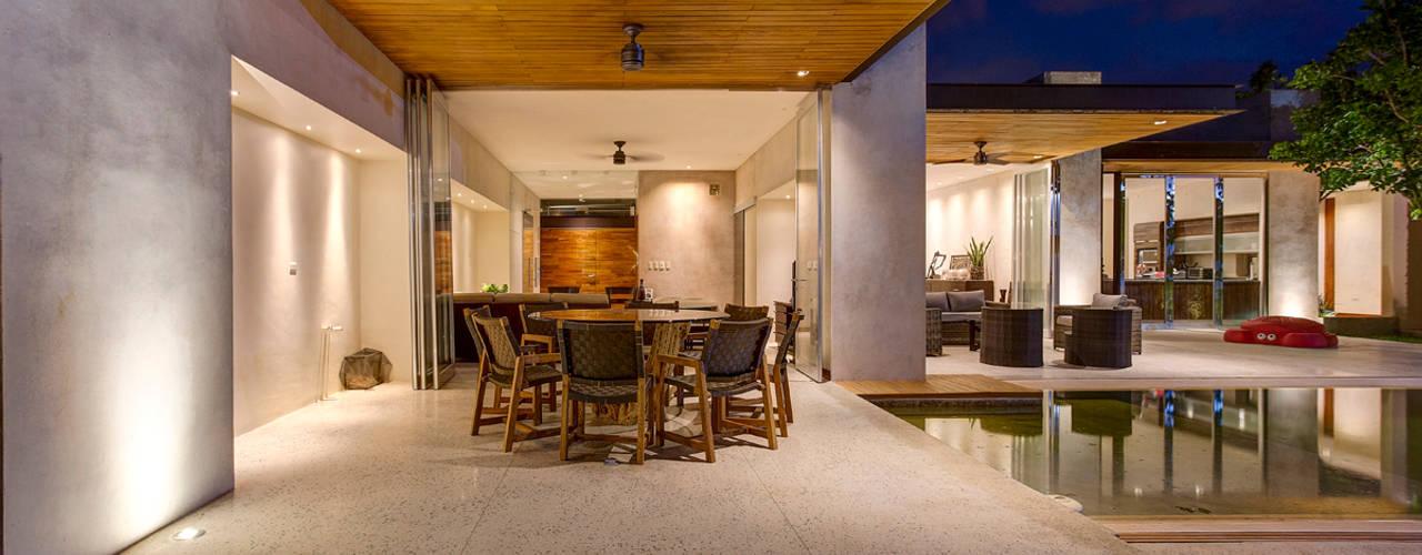 Balkon, Beranda & Teras Modern Oleh r79 Modern