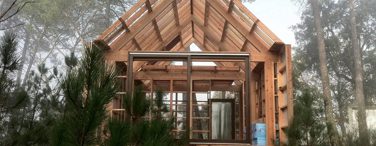 de estilo  por NORMA | Nova Arquitectura em Madeira (New Architecture in Wood)