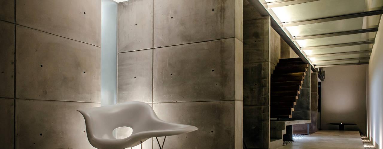 Pasillos, vestíbulos y escaleras de estilo moderno de Oscar Hernández - Fotografía de Arquitectura Moderno