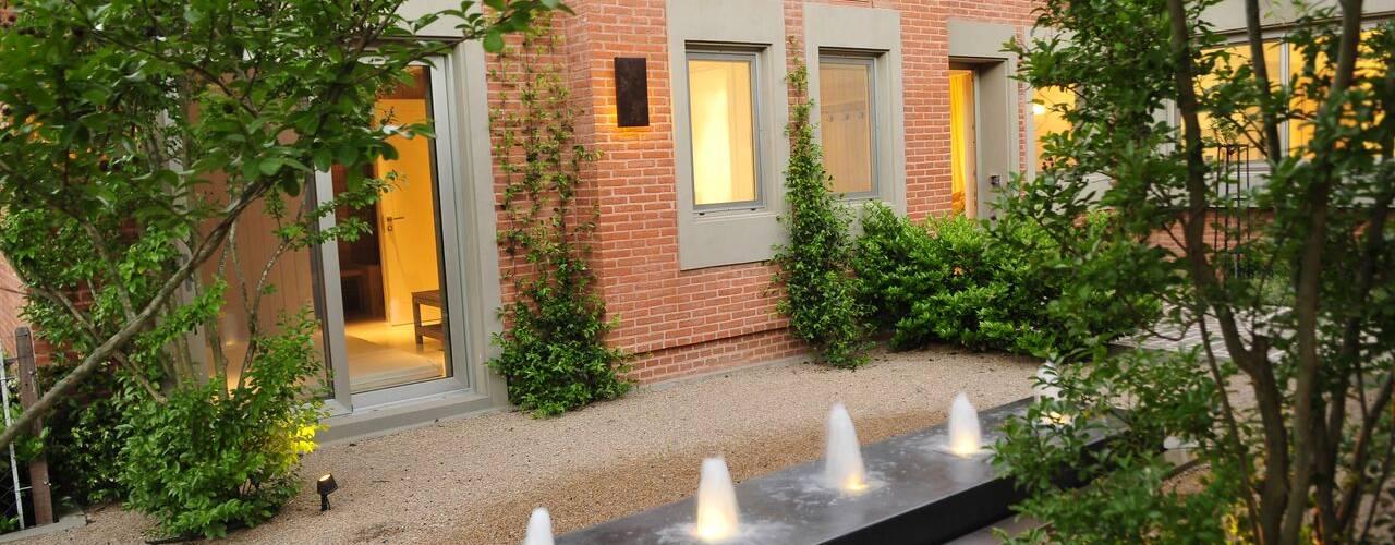 Modern style gardens by JUNOR ARQUITECTOS Modern