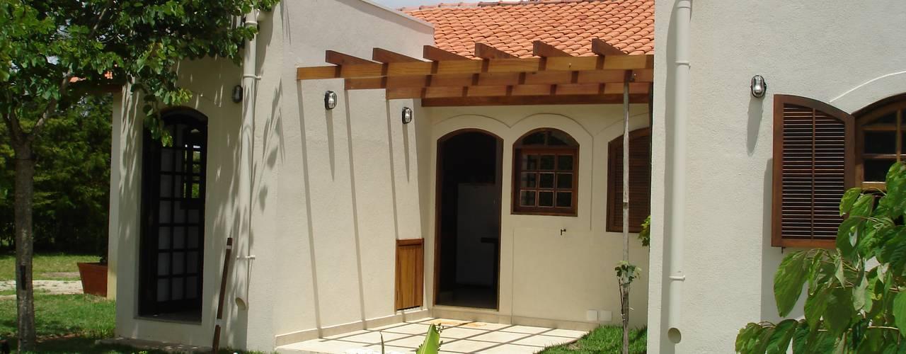 Pátio -  acesso cozinha: Casas coloniais por Mina Arquitetura & Construções