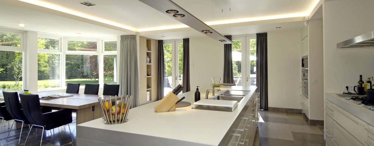 Luxe villa in Velp Van Hoogevest Architecten Moderne keukens