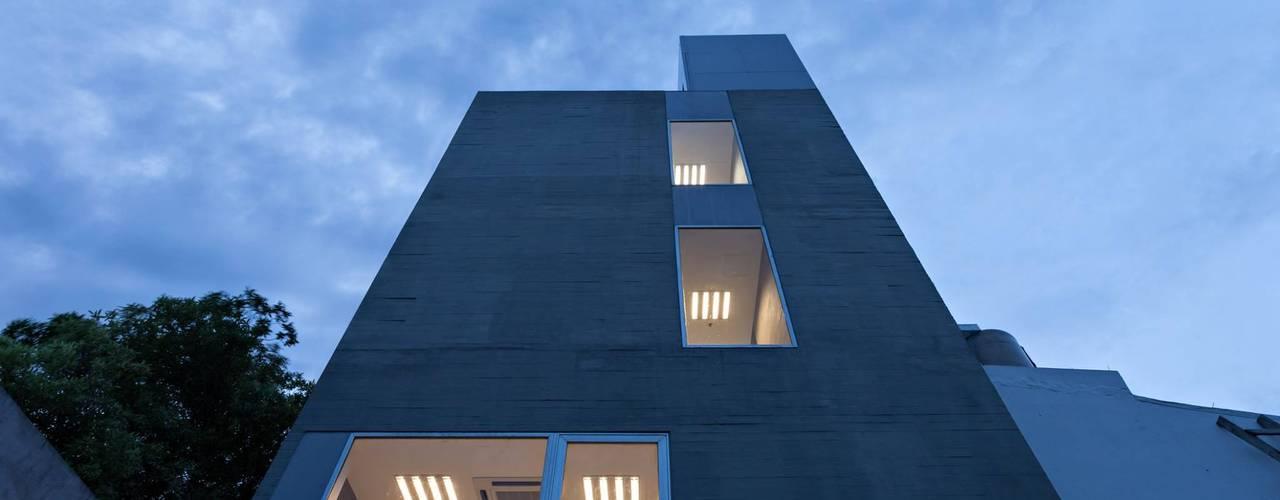 Casas de estilo  por SMF Arquitectos  /  Juan Martín Flores, Enrique Speroni, Gabriel Martinez