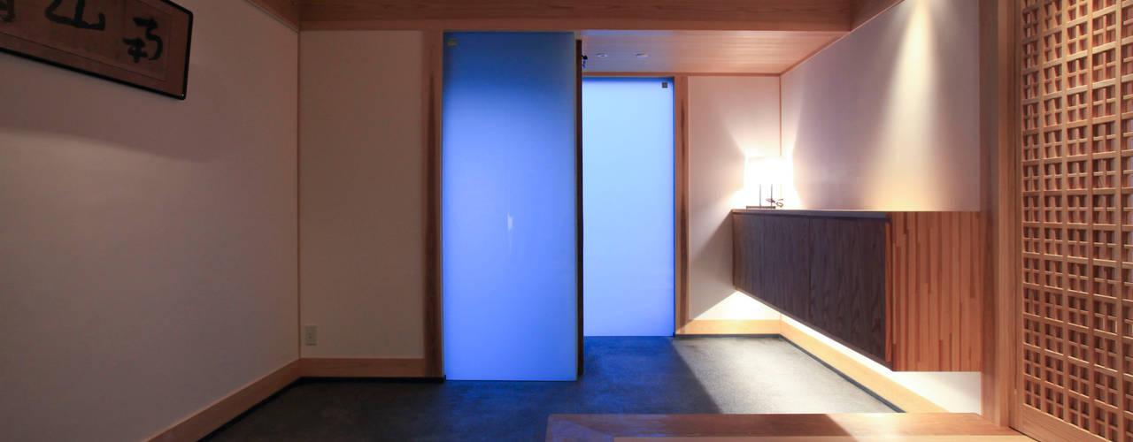 Pasillos y vestíbulos de estilo  por 髙岡建築研究室, Asiático