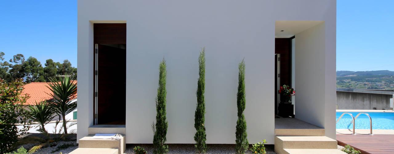 Casa em Guimarães: Casas minimalistas por 3H _ Hugo Igrejas Arquitectos, Lda