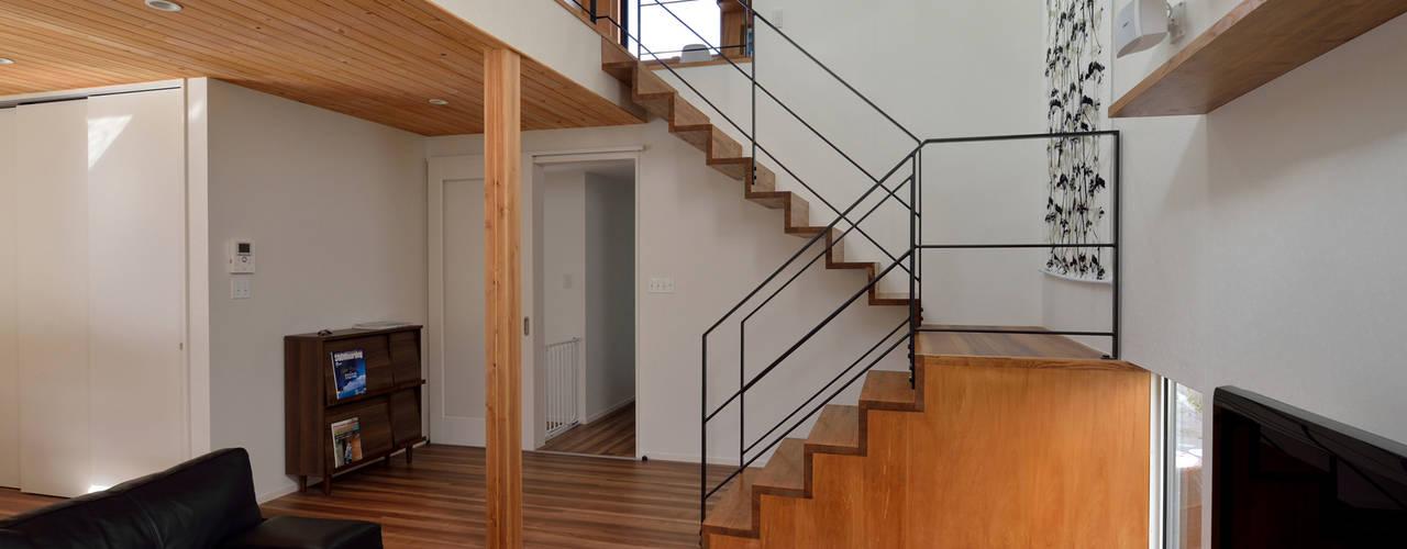北根黒松の家 株式会社ブレッツァ・アーキテクツ モダンスタイルの 玄関&廊下&階段