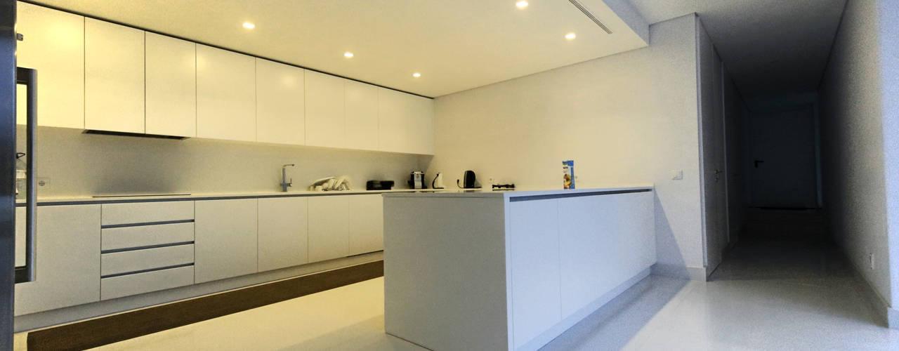 Cocinas de estilo minimalista de 3H _ Hugo Igrejas Arquitectos, Lda Minimalista