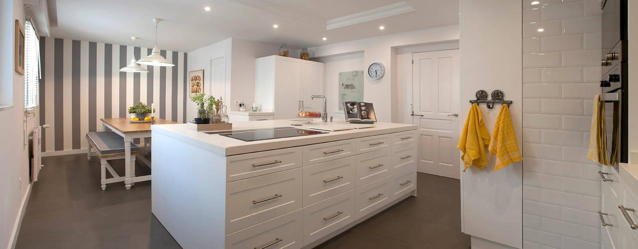 Isla de cocina blanca: Cocinas de estilo clásico de Gumuzio&PRADA diseño e interiorismo