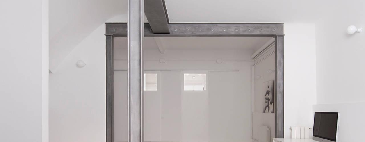 manrique planas arquitectes Studio in stile industriale Bianco