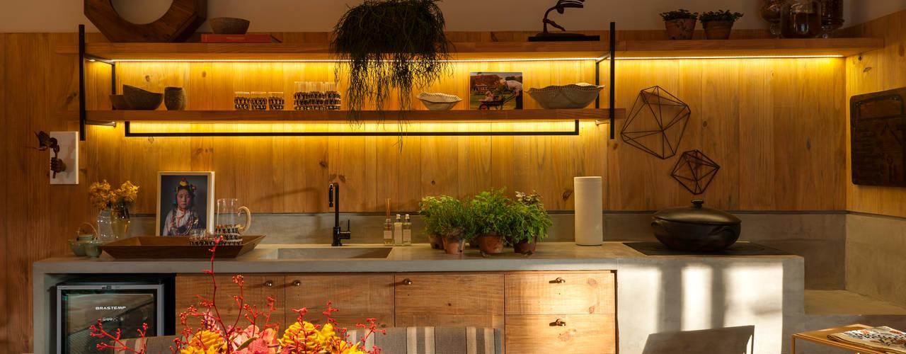 Cocinas de estilo tropical de Marina Linhares Decoração de Interiores Tropical