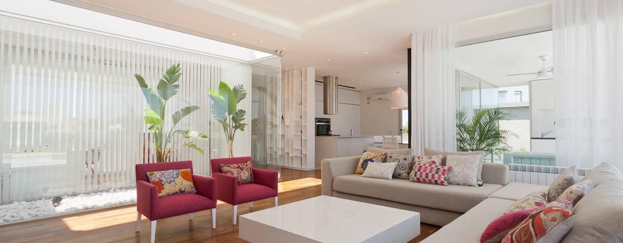 Salas / recibidores de estilo  por VISMARACORSI ARQUITECTOS