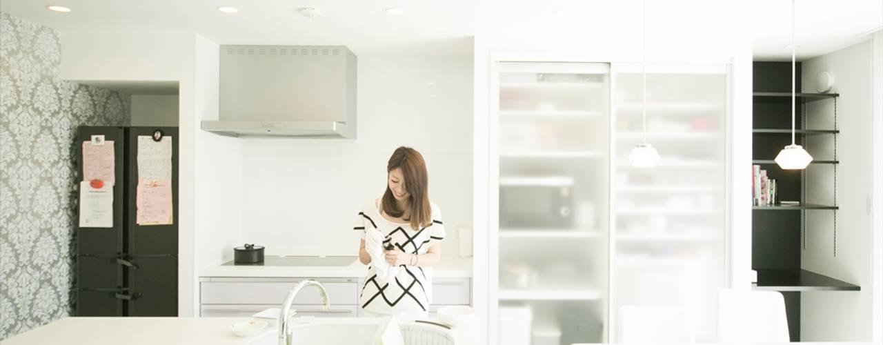 フルフラットのアイランドタイプのⅡ型キッチン: ナイトウタカシ建築設計事務所が手掛けたキッチンです。